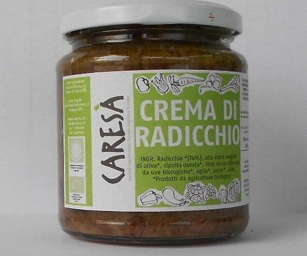 Un prezioso condimento per pasta o crostini realizzato con tre tipi diversi di radicchi prodotti in Caresà addolciti con cipolla, aglio ed olio extravergine di oliva.