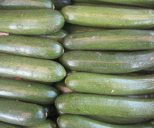 Le zucchine fanno parte della famiglia delle Cucurbitacee (come cetrioli, zucche, cocomeri e melone) è un frutto molto usato perché particolarmente digeribile, ipocalorico e diuretico perchè composto per circa il 95% d'acqua .