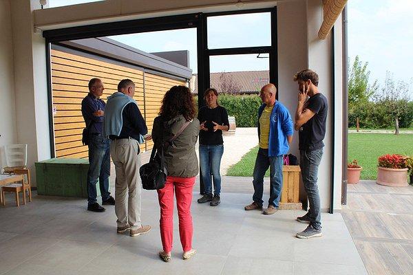 Riuniti sotto il portico per raccontare il nostro progetto ai giornalisti venuti a trovarci