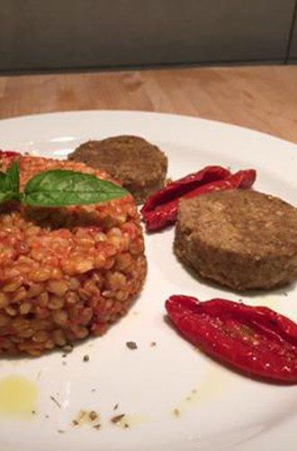 Farro monococco Caresà saltato con pomodori secchi, aglio e basilico fresco