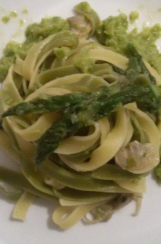 Tagliatelle con asparagi e vongole