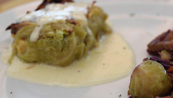 Involtino di verza con polenta integrale e formaggio