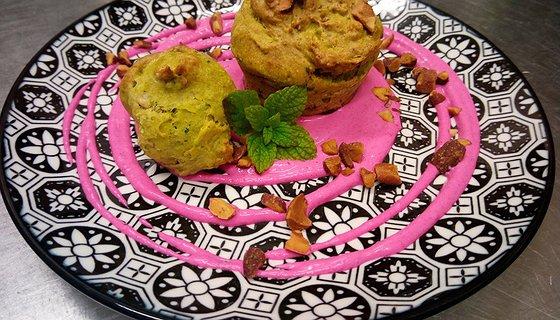 Muffin salato di broccolo calabrese e mandorle con maionese di rapa rossa